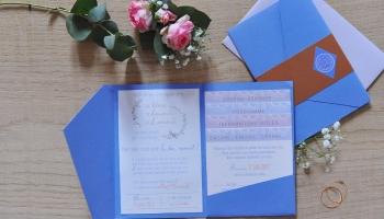 Faire part-pochette fermé contenant 5 fiches avec un bandeau cuivré